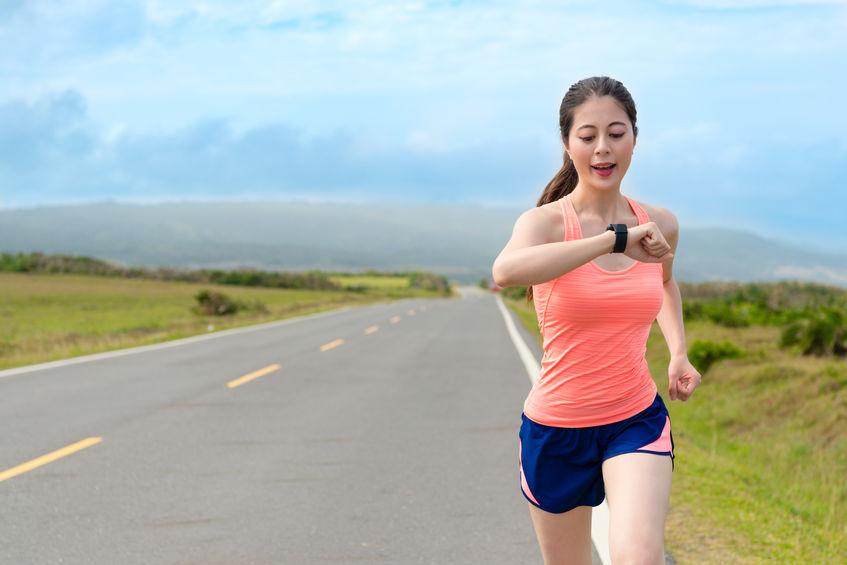 Donna che guarda l'orologio mentre corre