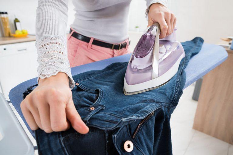 Donna che stira dei jeans