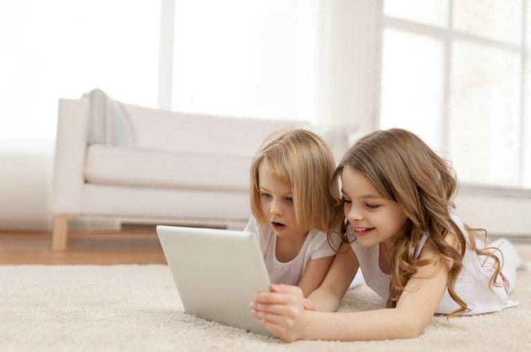 Due bambine che guardano un tablet
