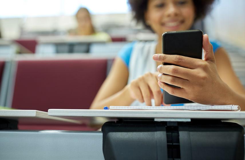 Donna con smartphone in mano