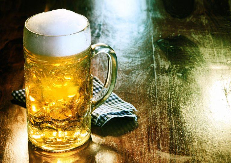 Primo piano su un boccale di birra