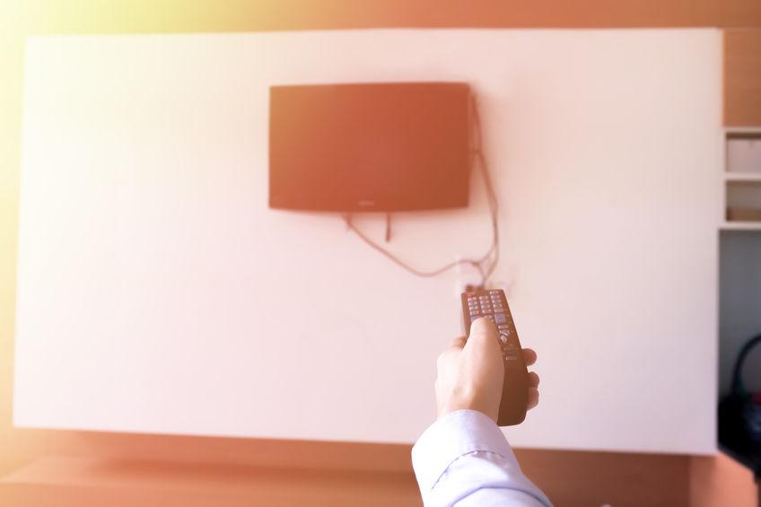 Telecomando puntato verso la TV