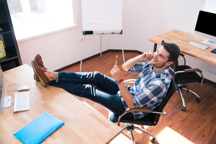 Uomo seduto su una sedia da ufficio