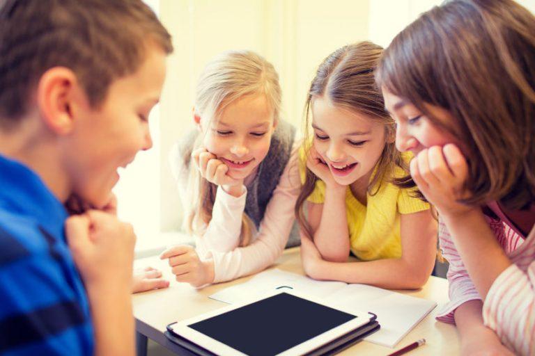 Bambini che guardano un tablet