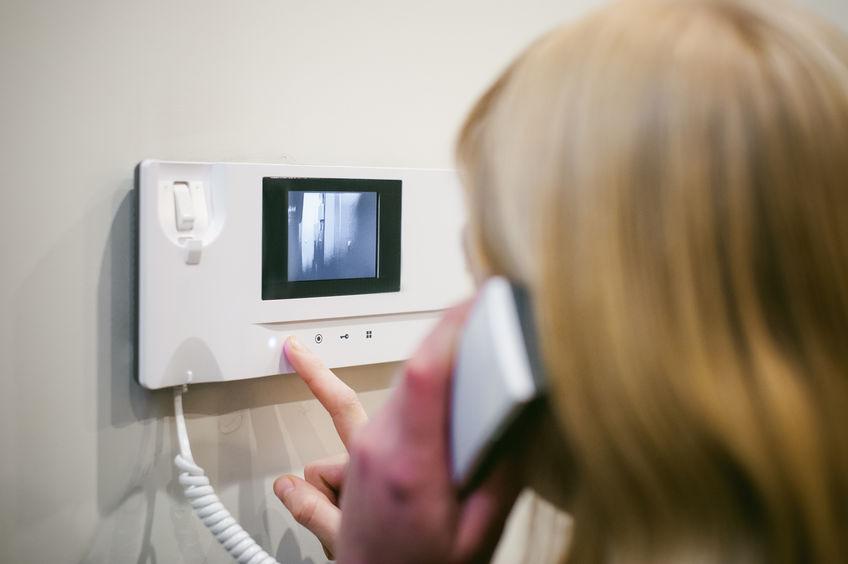 Donna che risponde a un videocitofono