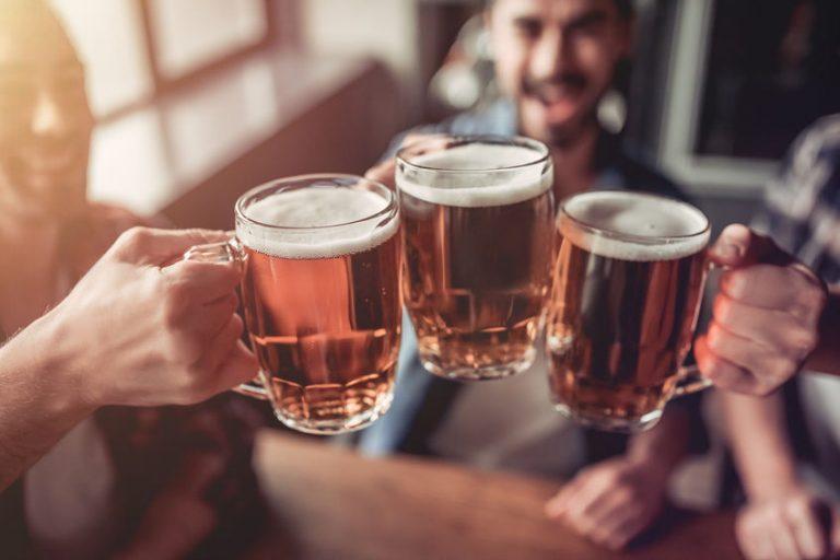 Brindisi con boccali di birra