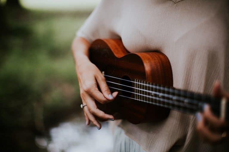 Donna che suona l'ukulele