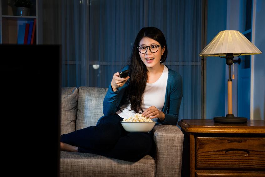 Donna con popcorn davanti alla TV