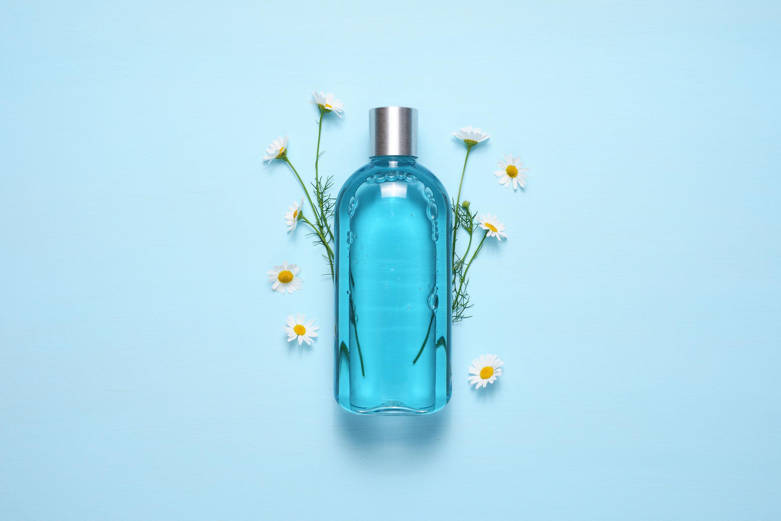 Uno shampoo con dei fiori di camomilla