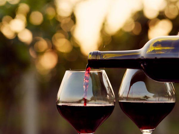 Vino rosso versato in due bicchieri