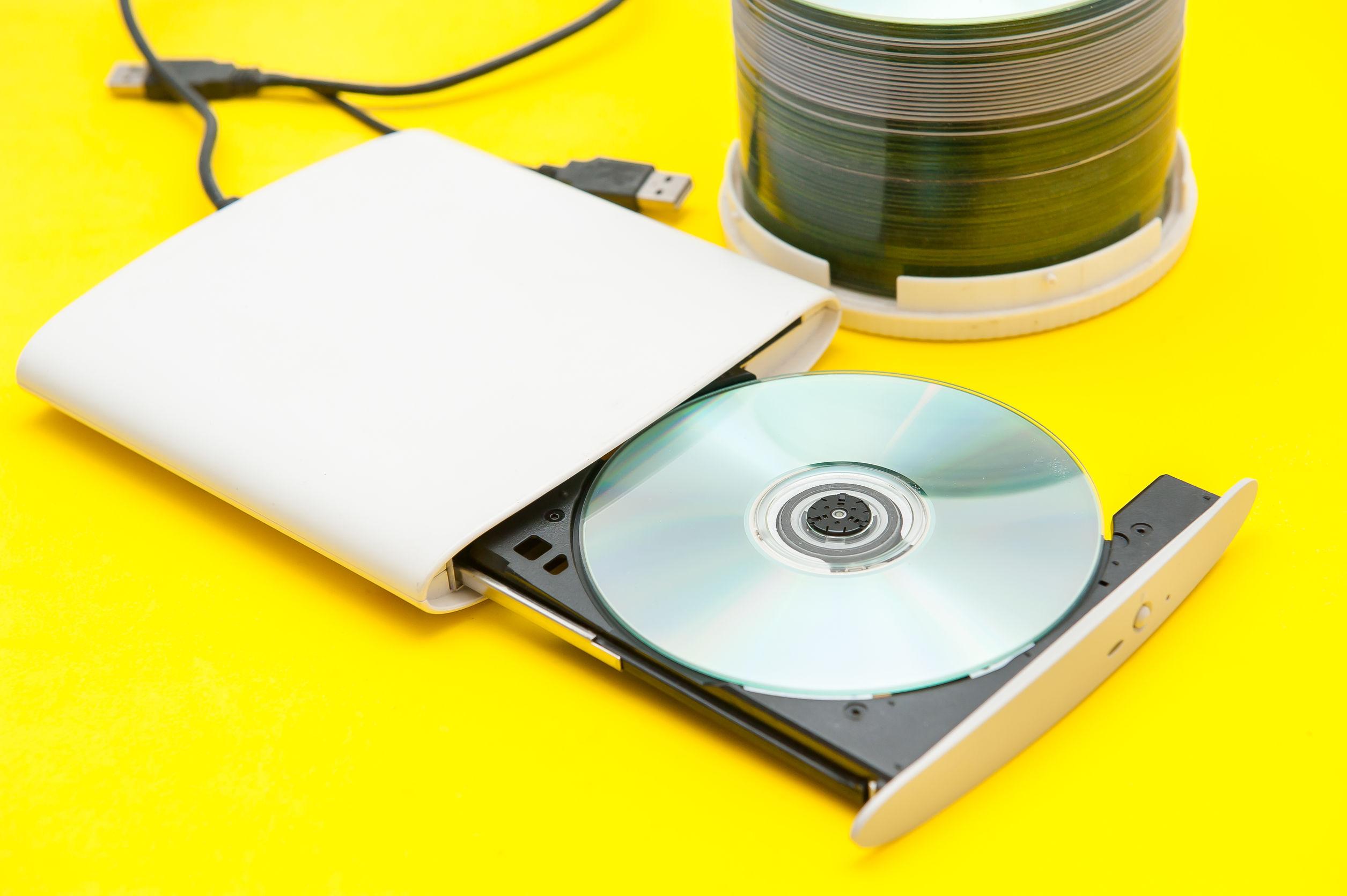 Un lettore DVD esterno bianco