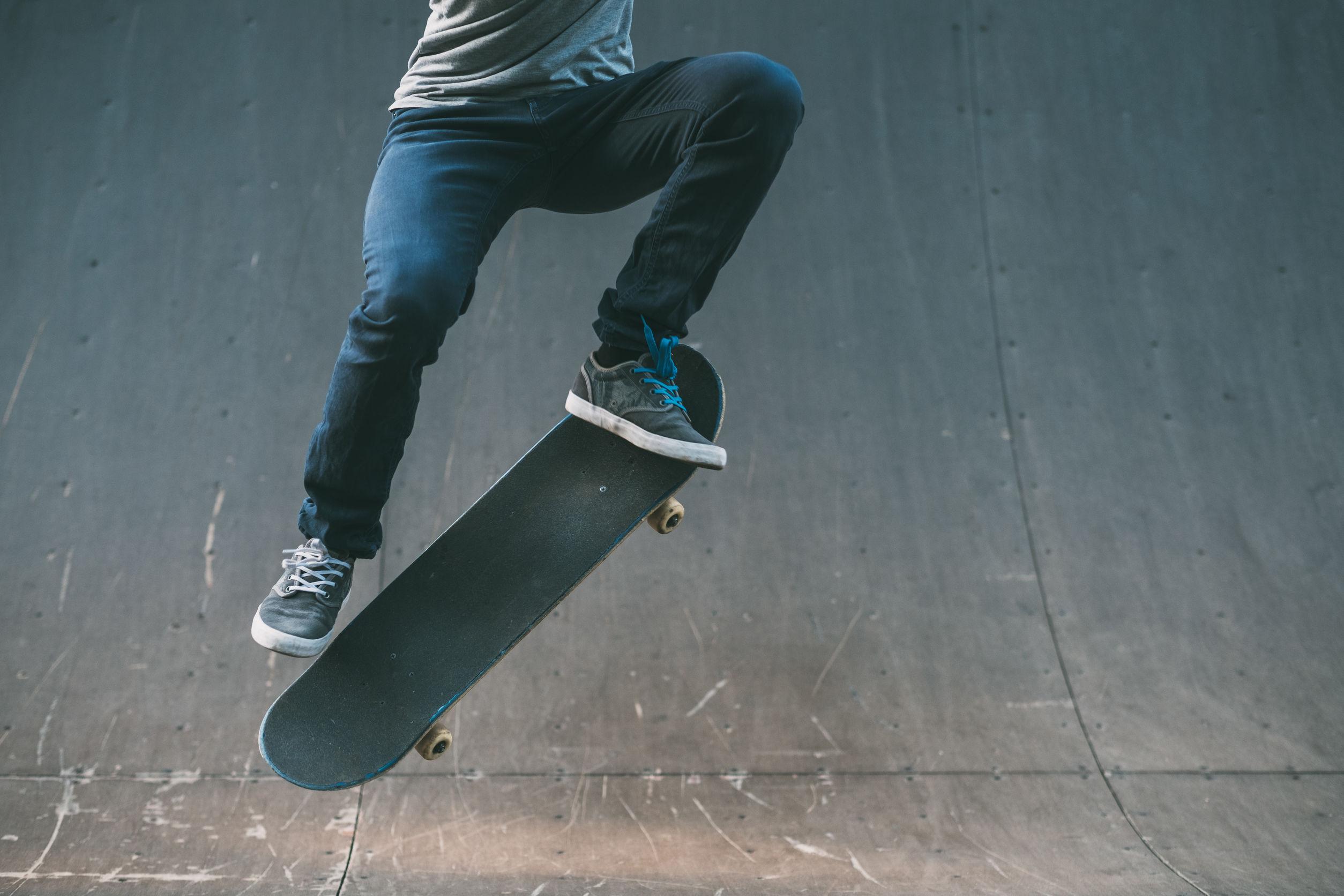 Persona che fa un salto con lo skateboard
