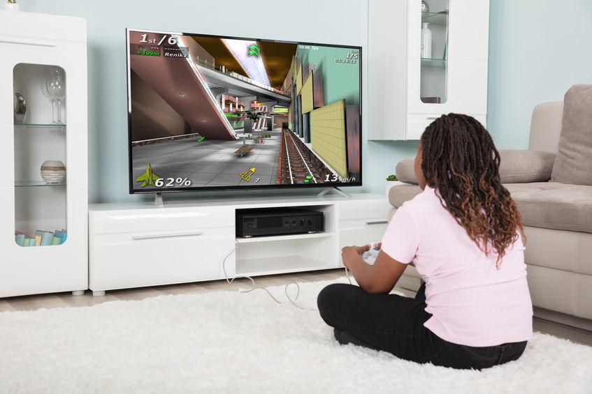 Persona che gioca con una console