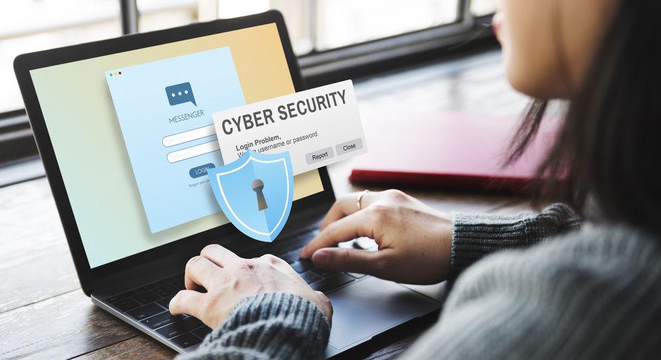 Donna che si occupa della ciber sicurity