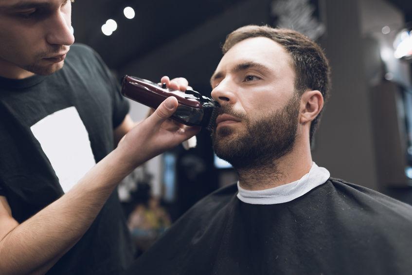 Barbiere che usa un regolabarba