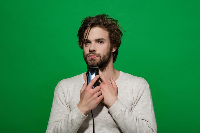 Uomo che si regola la barba da solo