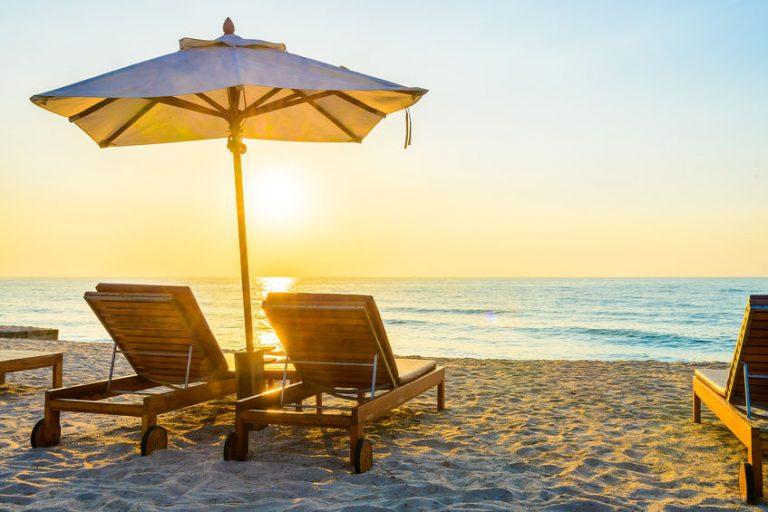 Sdraio e ombrellone in riva al mare