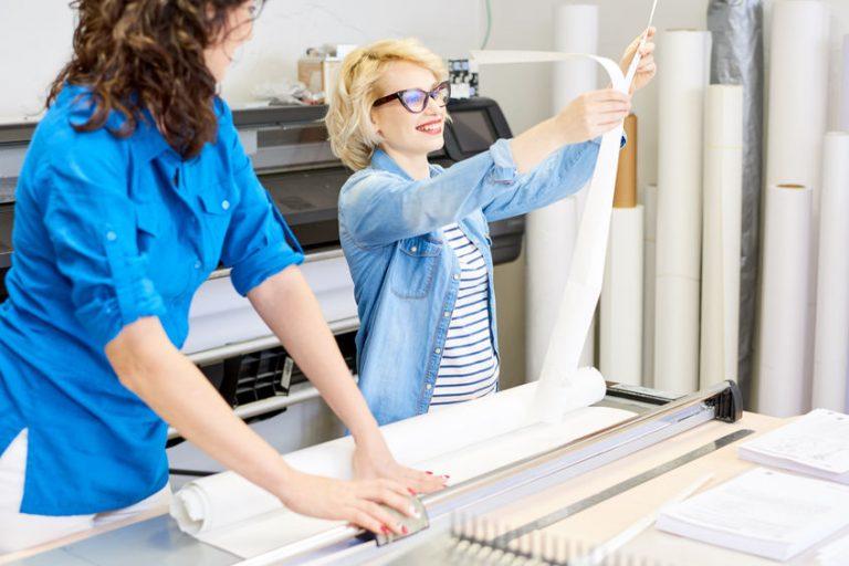 Donne che lavorano in una serigrafia