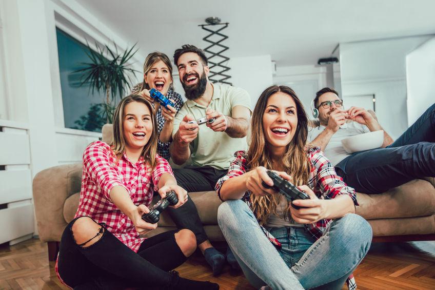 Persone che giocano con una console