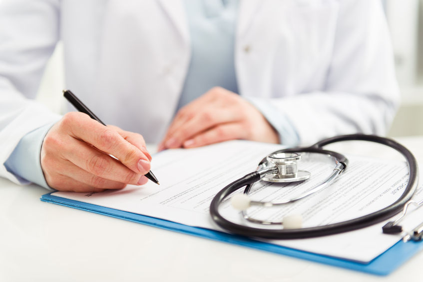 Stetoscopio su cartella clinica