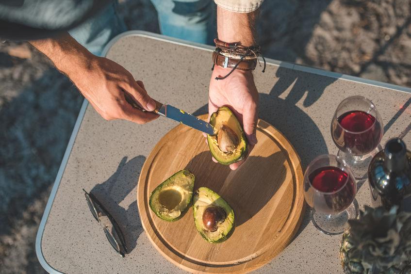 Preparazione di un aperitivo su un tavolo da campeggio
