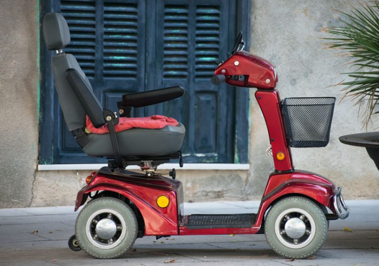 Uno scooter elettrico per anziani