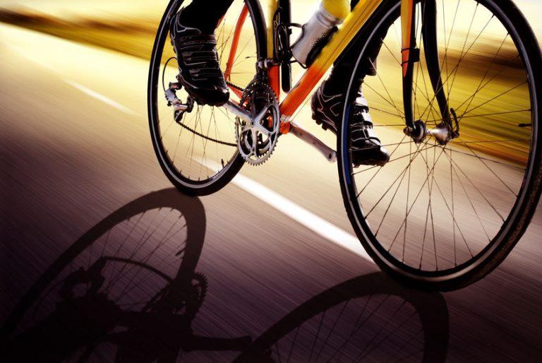 Particolare sulle ruote di una bicicletta da corsa