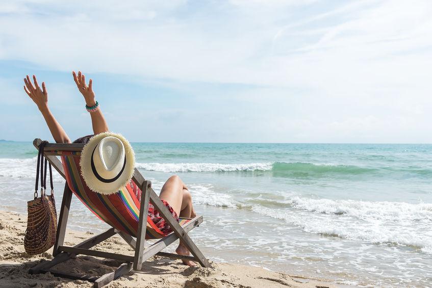 Donna su una sdraio in riva al mare