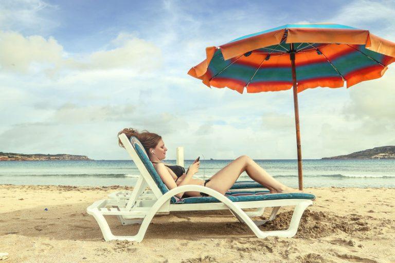 Donna che prende il sole in spiaggia
