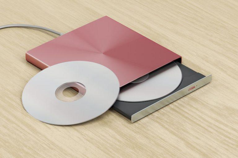 Un lettore DVD esterno con dischi