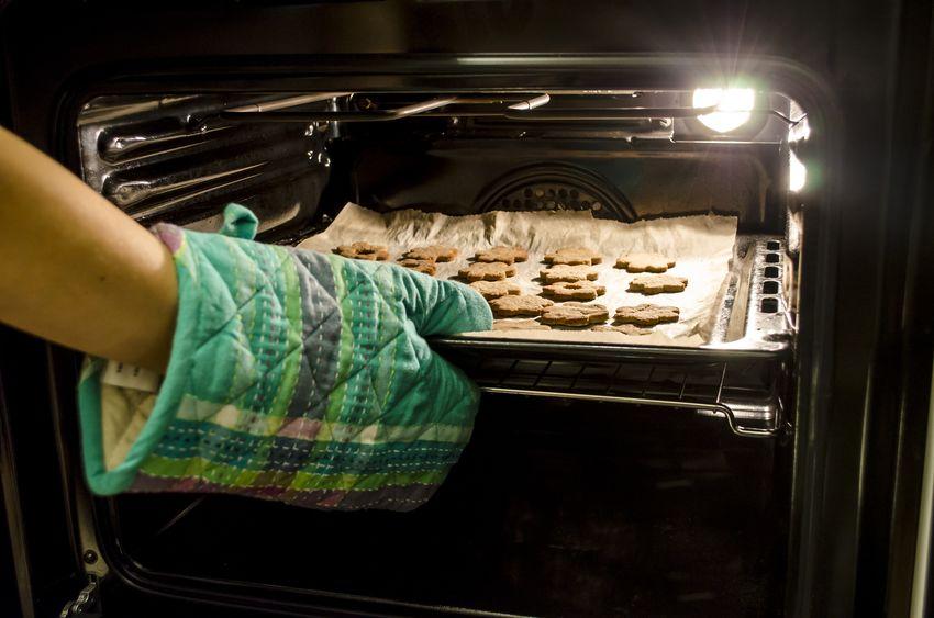 Biscotti che escono dal forno