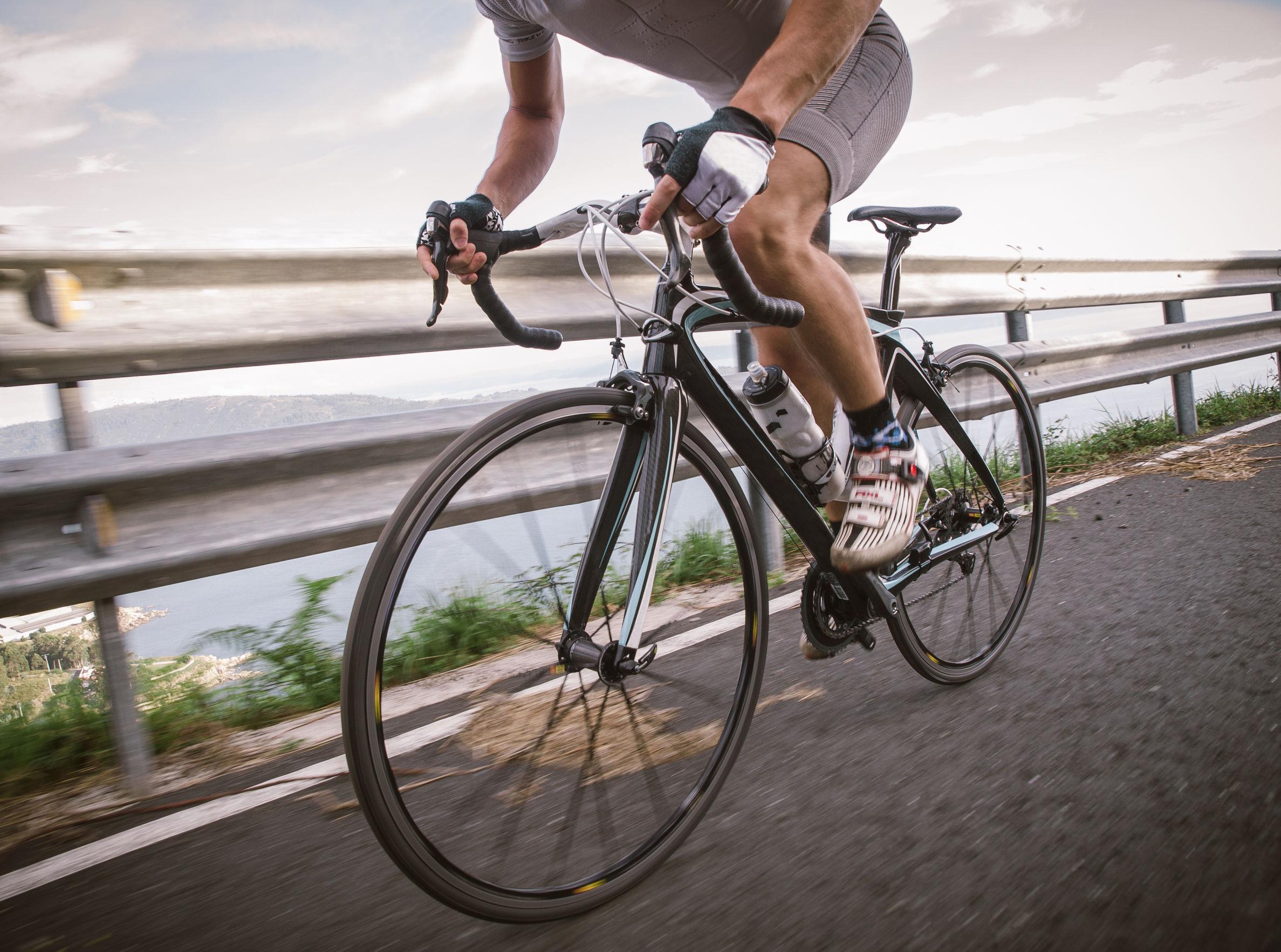 Uomo su bicicletta da corsa