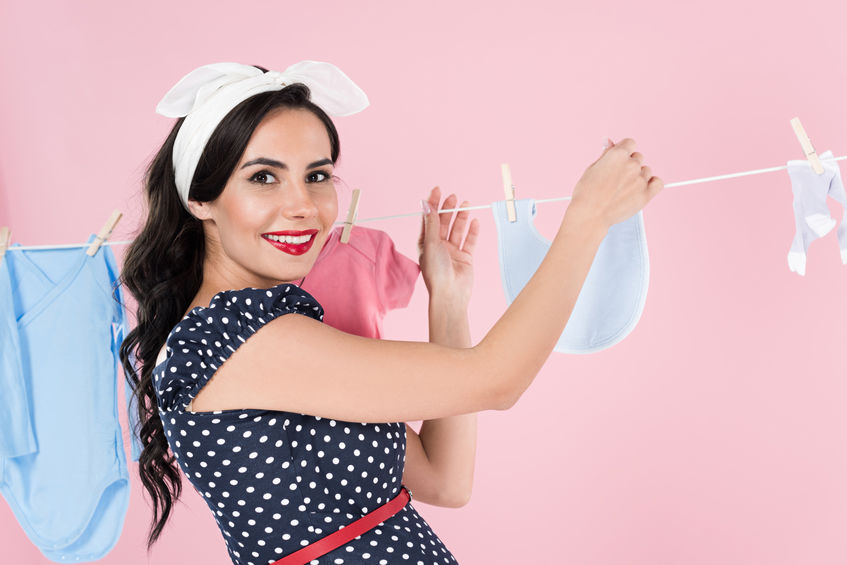Donna che tende i panni