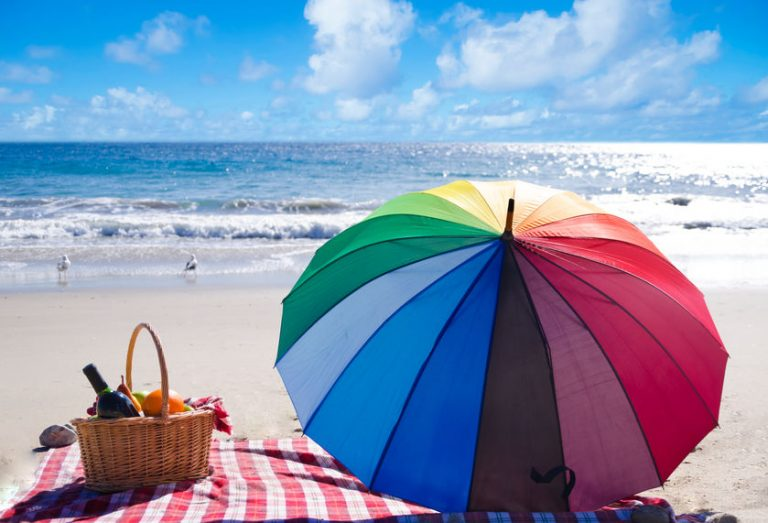 Ombrellone arcobaleno in spiaggia