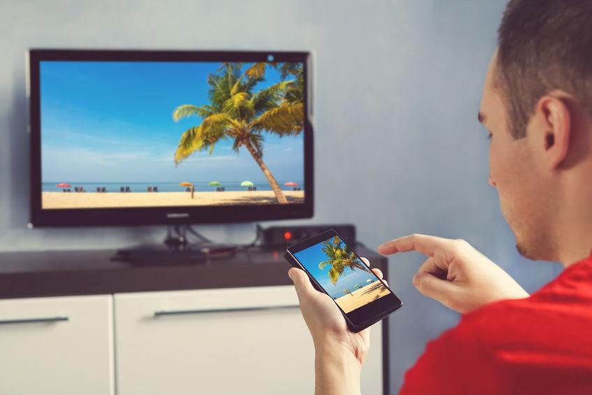 Persona che interagisce con smart TV