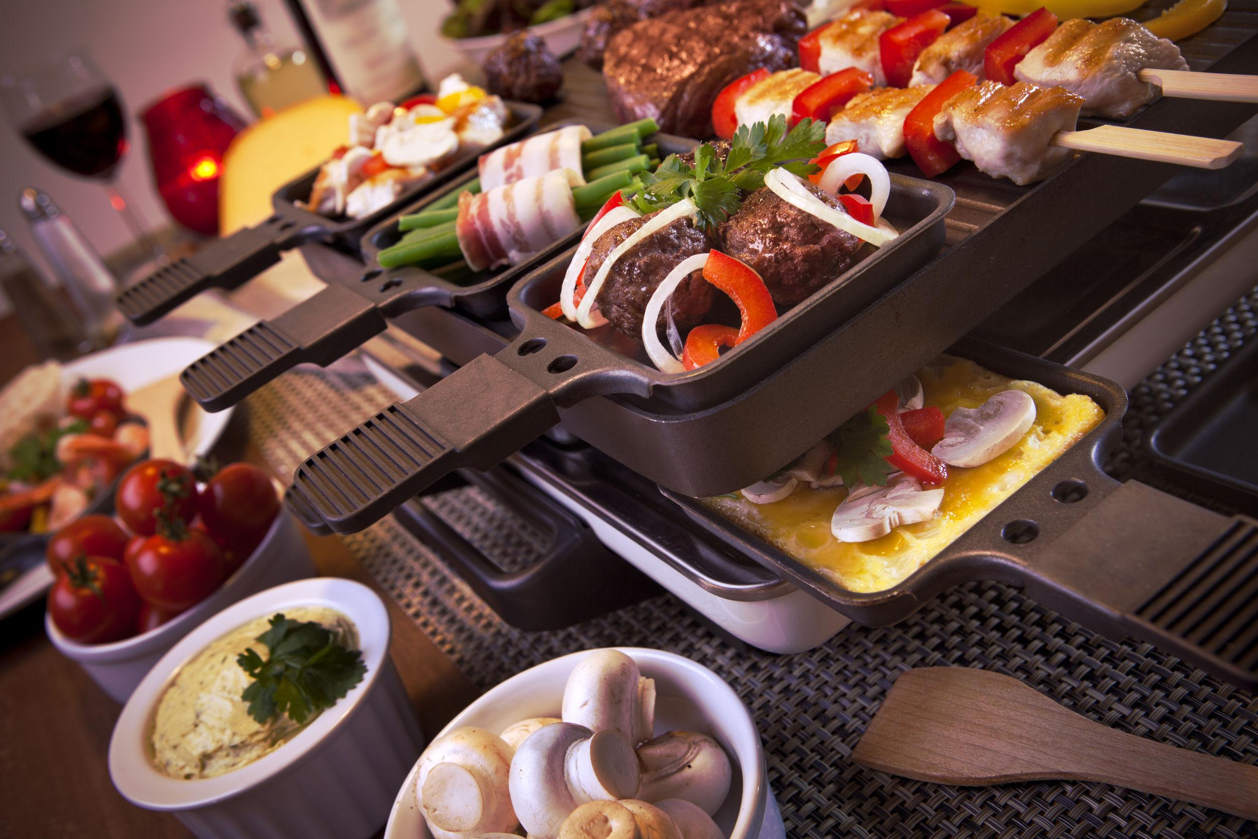 Raclette con cibi sopra
