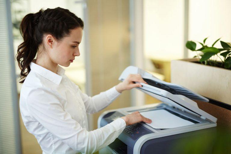 Donna che usa una fotocopiatrice