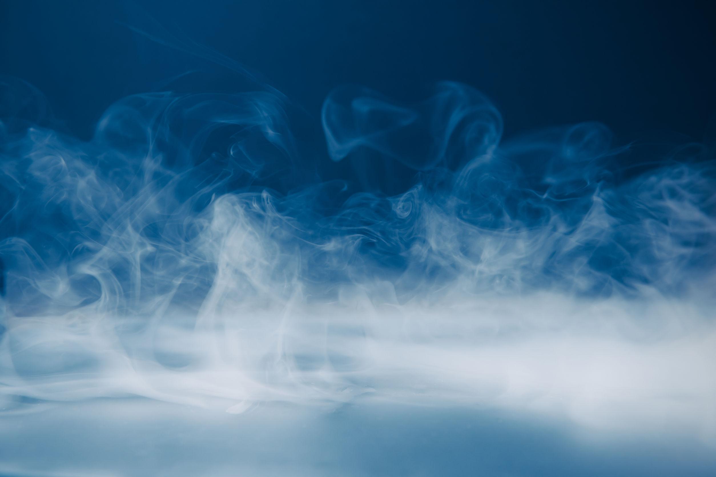 Fumo su sfondo blu