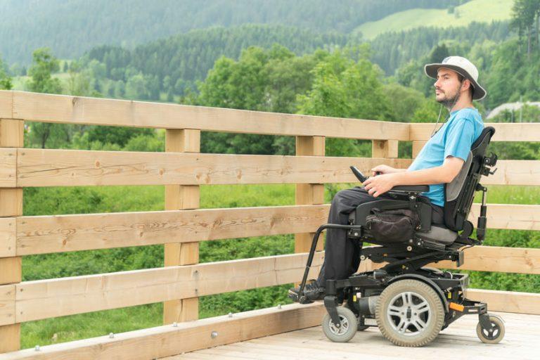 Invalido su sedia a rotelle elettrica