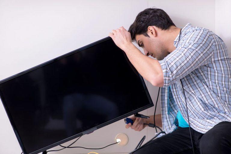 Persona che collega il televisore
