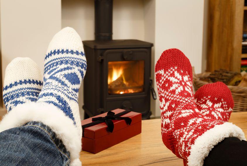 Coppia di piedi in calzini invernali