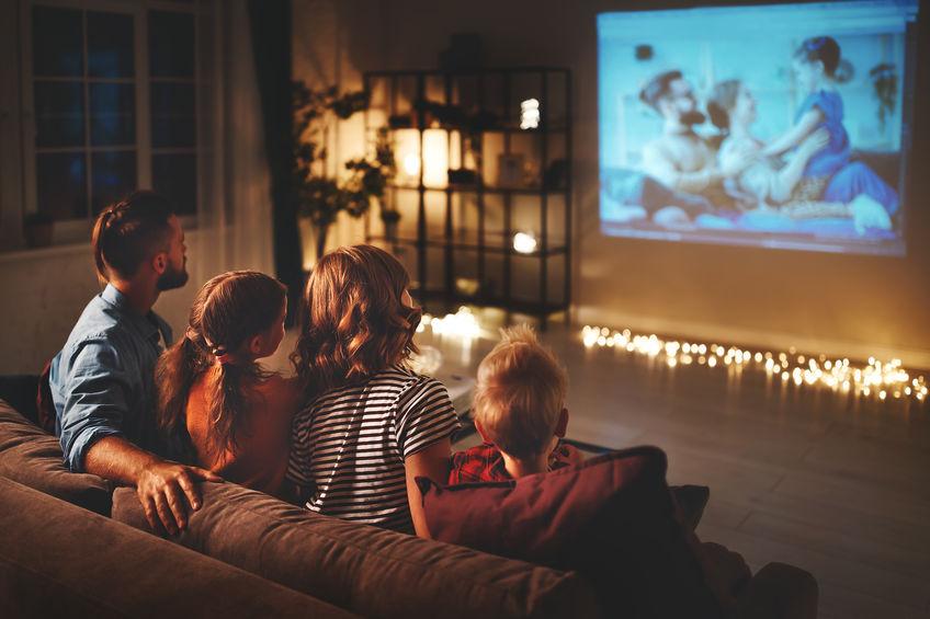 Famiglia sul divano che guarda la TV