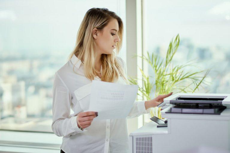 Donna che fa una fotocopia