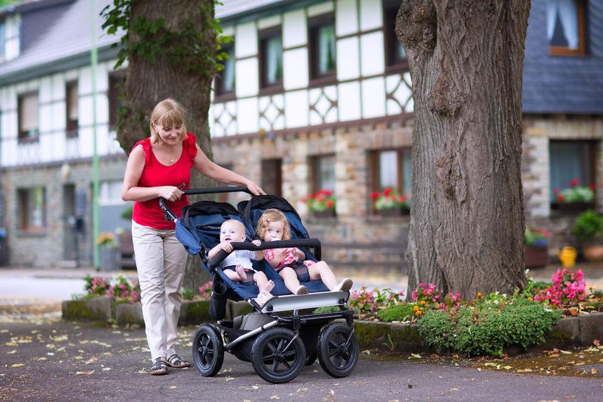 Donna con passeggino gemellare