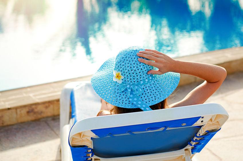 Donna su un lettino in piscina