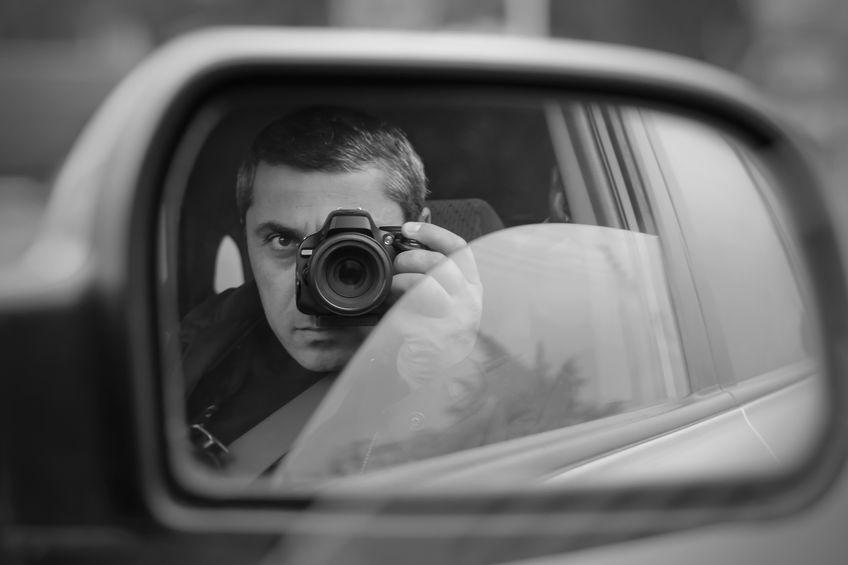 Uomo che fotografa di nascosto
