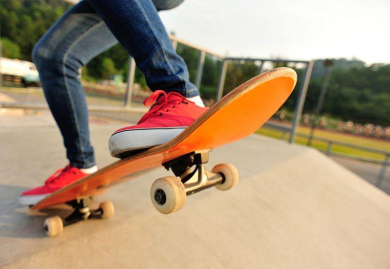Primo piano su uno skateboard arancione