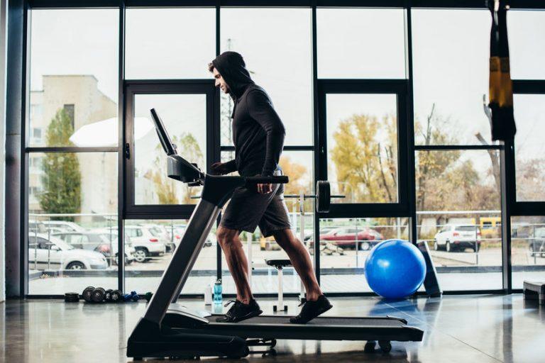 Uomo che si allena sul tapis roulant