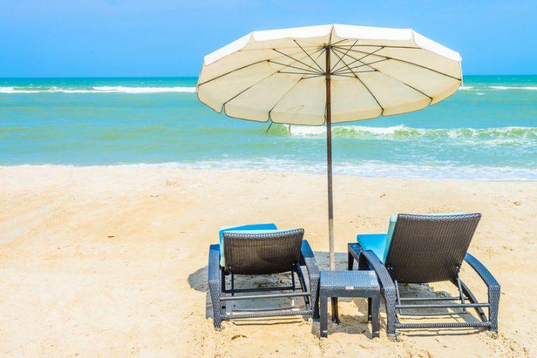 Due sdraio e un piccolo ombrellone vicino al mare