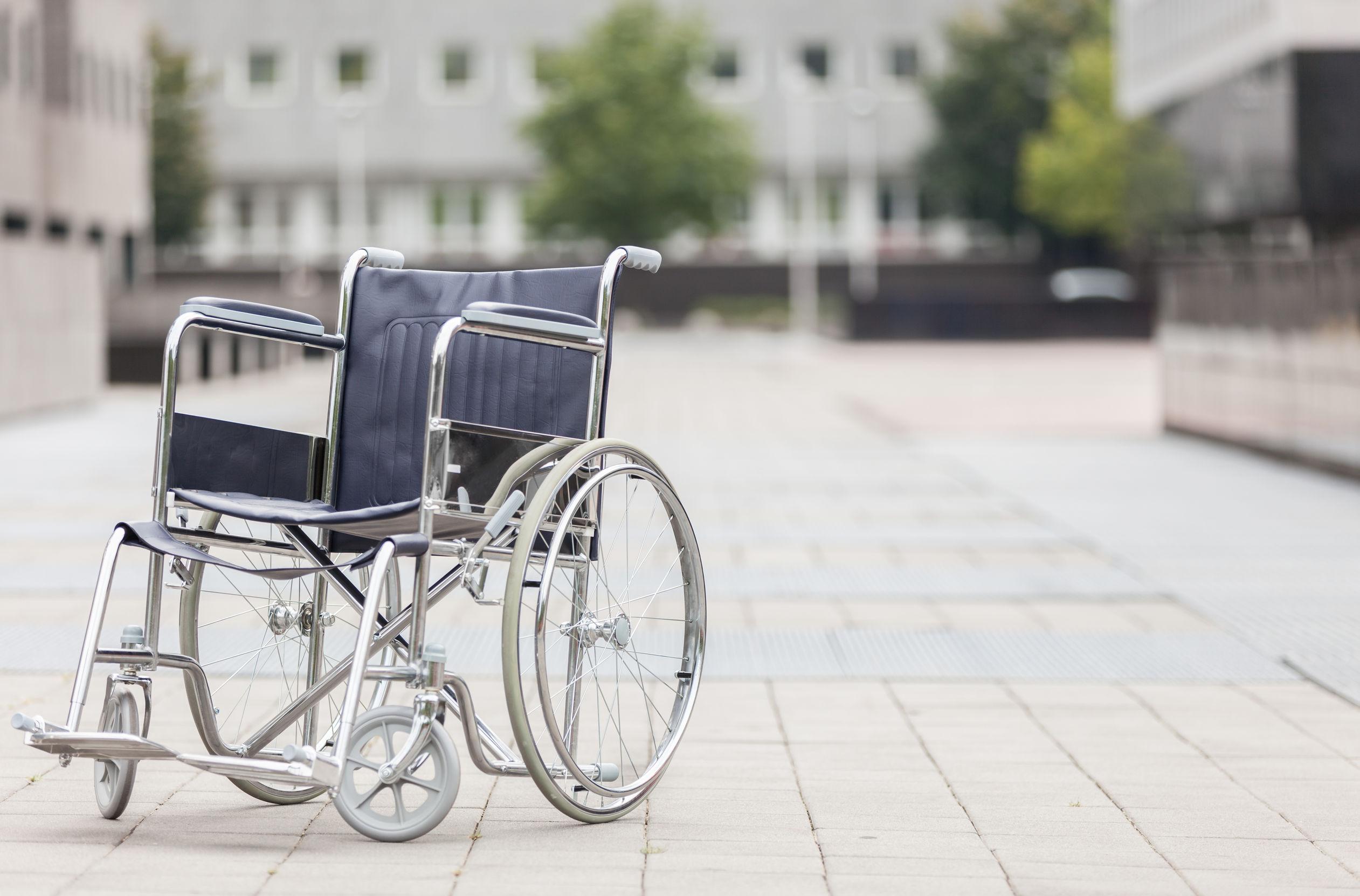 Una sedia a rotelle grigia